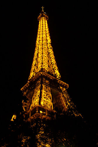 Eiffel_Tower_look_up